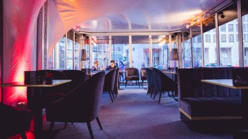 VIP-Lounge-mit-Spiegelfolie_Zeltbau-Messebau_POS-Werbeproduktion