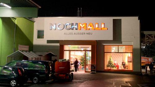 Finale Ansicht der Außenwerbeanlage bei Nacht | POS Werbeproduktion BERLIN