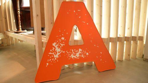 beleuchteter Einzelbuchstabe - Leuchtwerbung mit konturgeschnitten Buchstaben | POS Werbeproduktion BERLIN