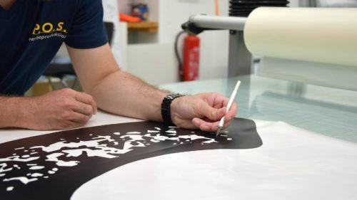 Dekupieren des Konturplotts durch unsere Werbetechniker | POS Werbeproduktion BERLIN
