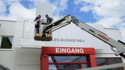 Vorbereitung der Unterkonstruktion der Außenwerbeanlage für Nochmall Berlin | POS Werbeproduktion BERLIN